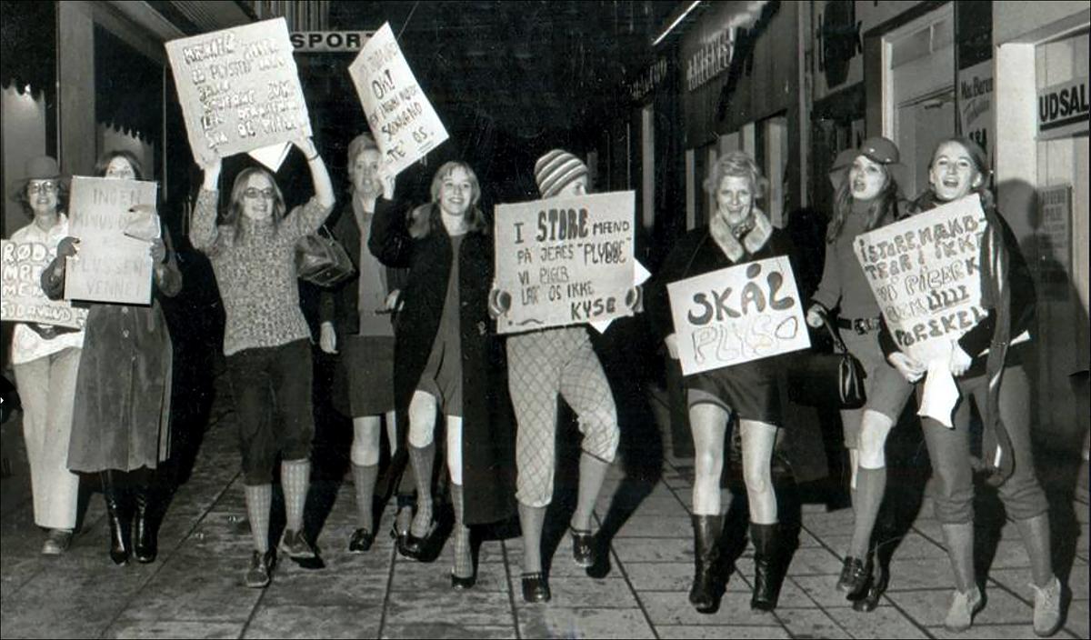 I 1972 hed en reklame for Tampax »Gør minusdage til Plusdag«. Det blev i indkaldelsen til årets Plydsfest 18. marts til »Gør minusdage til Plydsdage«. Og så var Fanden løs. De røde quinder fra hovedstaden og de kønneste svendborgpiger invaderede Plydsen under selve årsmødet. Journalist Susanne Sekjær, nummer to fra venstre, bar plakaten med budskabet »Ingen minusdage til Plydsens Venner«. Og således blev den (meget) bedre halvdel, journalist Jacob Bjerg Møller det uskyldige offer i den lokale udgave af den græske tragedie – Lysistrata.